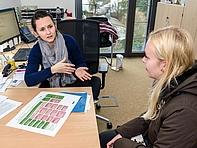 """Medien kleine Zahl: Isabell (r.) hat ihren Bachelor in München gemacht und interessiert sich bei Dr. Verena Jahn für den Mittweidaer Masterstudiengang """"Information and Communication Studies""""."""