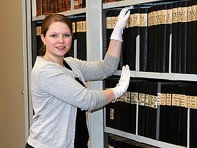 Carolin Zeller ist die stellvertretende Leiterin des Hochschularchivs Mittweida.