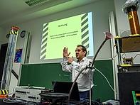 """""""What the hell is Electrical Engineering?"""" – Professor Michael Kuhl antwortet u.a. mit einigen eindrücklichen Demonstrationen."""