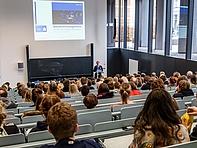 """Medien große Zahl – so voll wird es im Studium aber selten: """"Medienmanagement"""" gehört nach wie vor zu den am meisten nachgefragten Studiengängen in Mittweida. Professor Janis Brinkmann stellt ihn vor."""