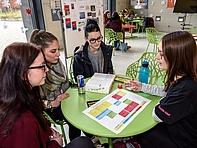 Nicht gleich die Welt retten, aber den Menschen im Blick haben: Laura, Lara, Lucy (v.l.) erkundigen sich bei Studentin Linda über das Studium der Sozialen Arbeit.