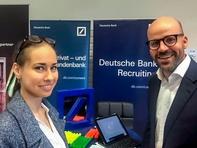 Wirtschaftsingenieurwesen-Studentin Iryna ist auf der Suche nach einem Praktikum - hier im im Gespräch mit Michael Erfurt von der Deutschen Bank