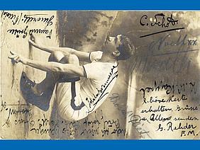 Das Foto von Vincent Duncker ist auf der Postkartenvorderseite mit zahlreichen Unterschriften und Grüßen versehen.