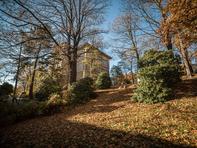 Das frühere Elektrotechnische Institut steht auf dem Galgenberg und ist bis heute umgeben von Bäumen und Grün.